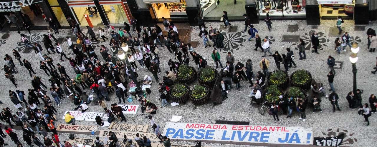 17 de junho - A Polícia Militar e a Guarda Municipal acompanham o protesto de Curitiba com tropas à distância, com helicópteros e com agentes infiltrados