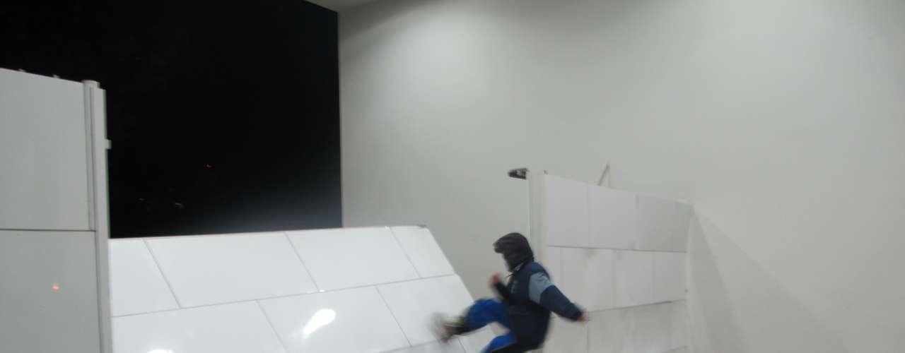17 de junho - O grupo mais radical ainda pichou as paredes de mármore do Palácio, em Curitiba