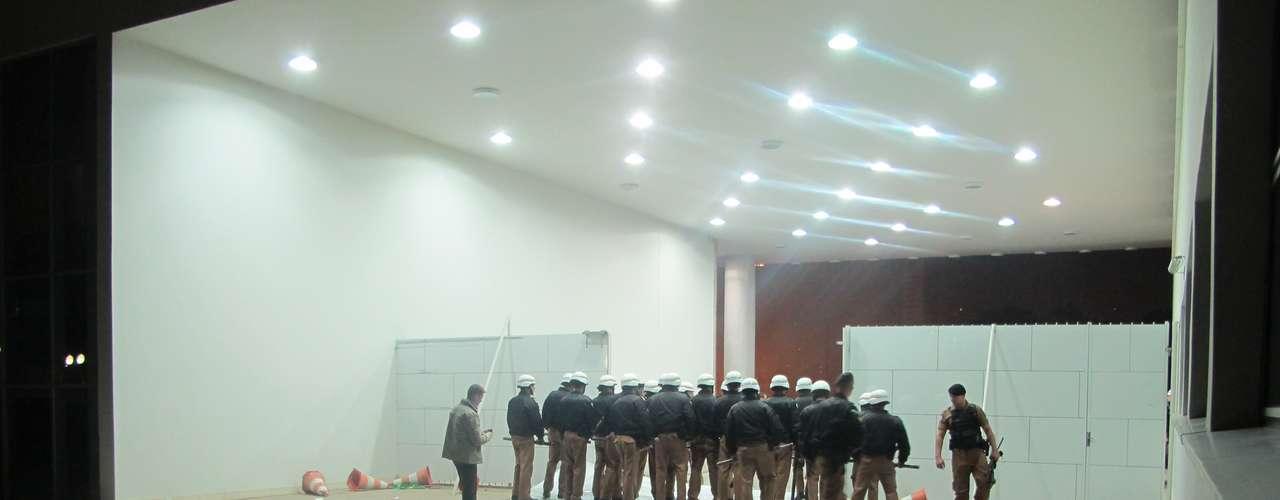 17 de junho - Do lado de dentro do Palácio, um grupo do Batalhão e Choque da Polícia Miliar estava de plantão em Curitiba