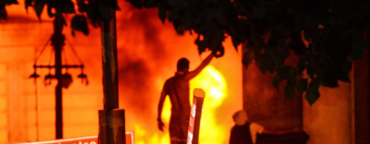 17 de junho Cercados por manifestantes, os policiais militares tiveram que negociar a saída de dentro da Assembleia Legislativa do Rio