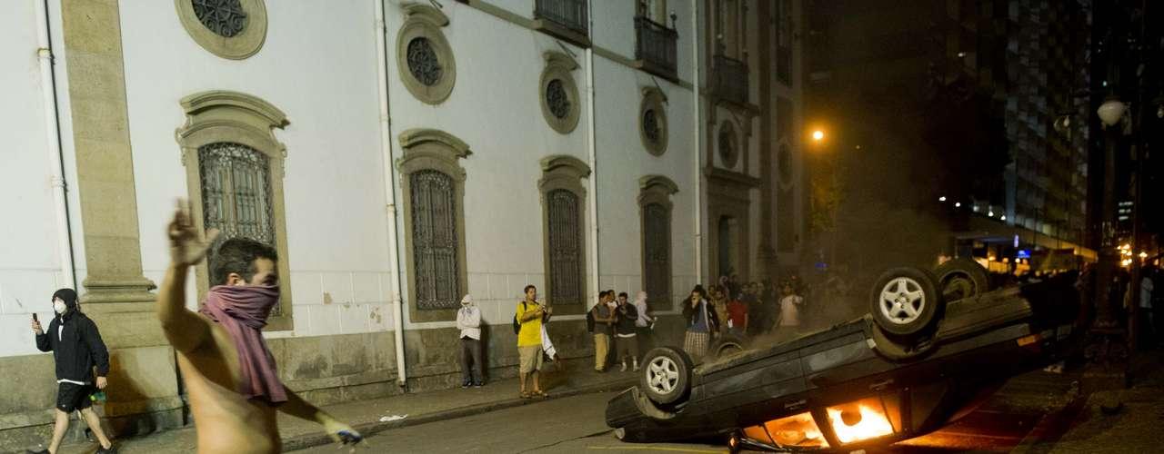 17 de junho Durante a confusão na Assembleia do Rio, PMs deram tiros de fuzil para o alto para tentar dispersar a multidão