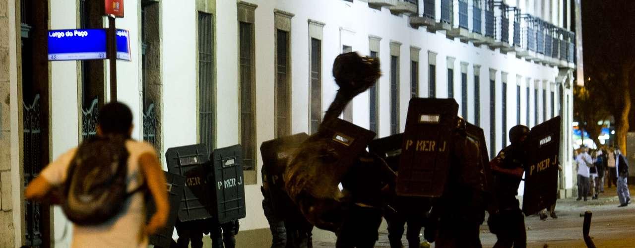 17 de junho Do lado de fora da Assembleia fluminense, o cenário era de caos