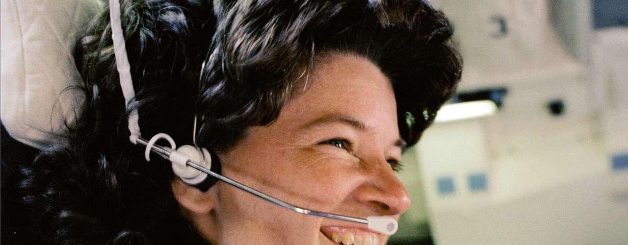 18 de junho -Há 30 anos, Sally Ride se tornou a primeira mulher americana a voar para o espaço, quando a nave Challenger foi lançada na missão STS-7. Uma das três especialistas do voo, ela teve um papel fundamental ajudando a equipe a implementar satélites de comunicação e conduzir experimentos, entre outras atividades. Nesta imagem de 1983, a astronauta se prepara para voltar à Terra