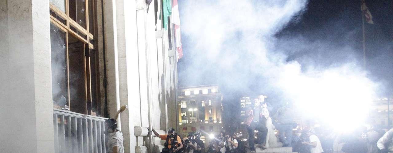 18 de junho - Com socos e pontapés, manifestantes conseguem abrir porta de entrada da prefeitura