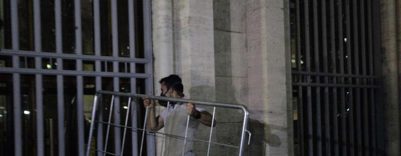 18 de junho - Enquanto parte clamava pelo fim das cenas de violência, um grupo de 100 a 200 pessoas forçava a entrada na prefeitura