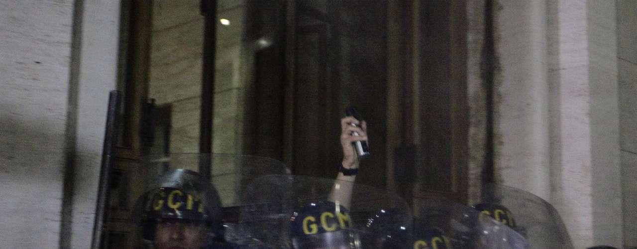 18 de junho - Acuados, guardas metropolitanos tentaram evitar entrada de manifestantes na prefeitura de São Paulo e se protegeram dentro do prédio