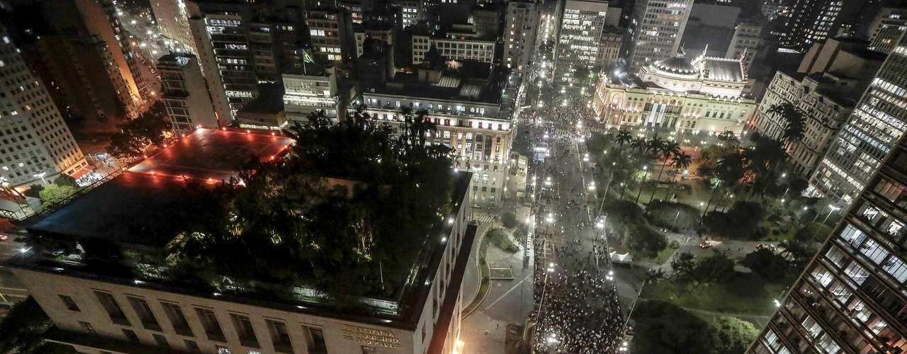 18 de junho - Datafolha estimou que o protesto de hoje reuniu 50 mil pessoas em São Paulo. Na foto, os manifestantes se concentram em frente à prefeitura