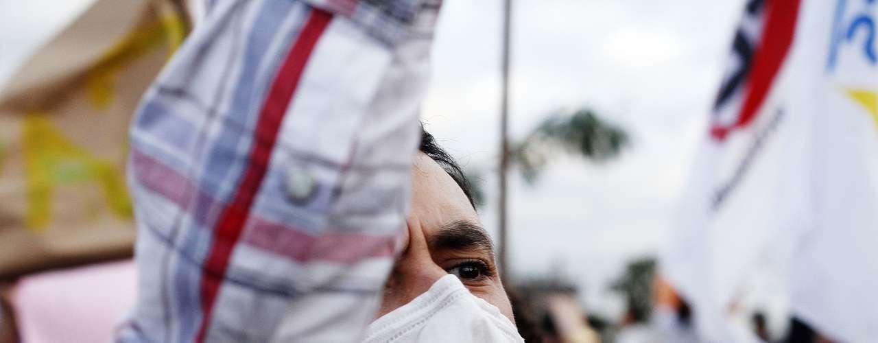 17 de junho Com o rosto tapado, manifestante protestou em São Paulo