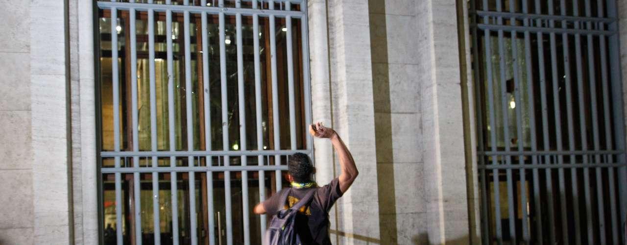 18 de junho -  Jovem arremessa pedras contra janelas da prefeitura de São Paulo