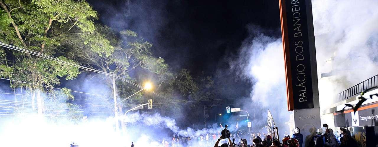 17 de junho Um grupo de manifestantes conseguiu arrombar a portaria 2 do Palácio dos Bandeirantes, na zona sul da capital paulista, por volta das 23h, e a polícia reagiu com bombas de efeito moral e gás de pimenta