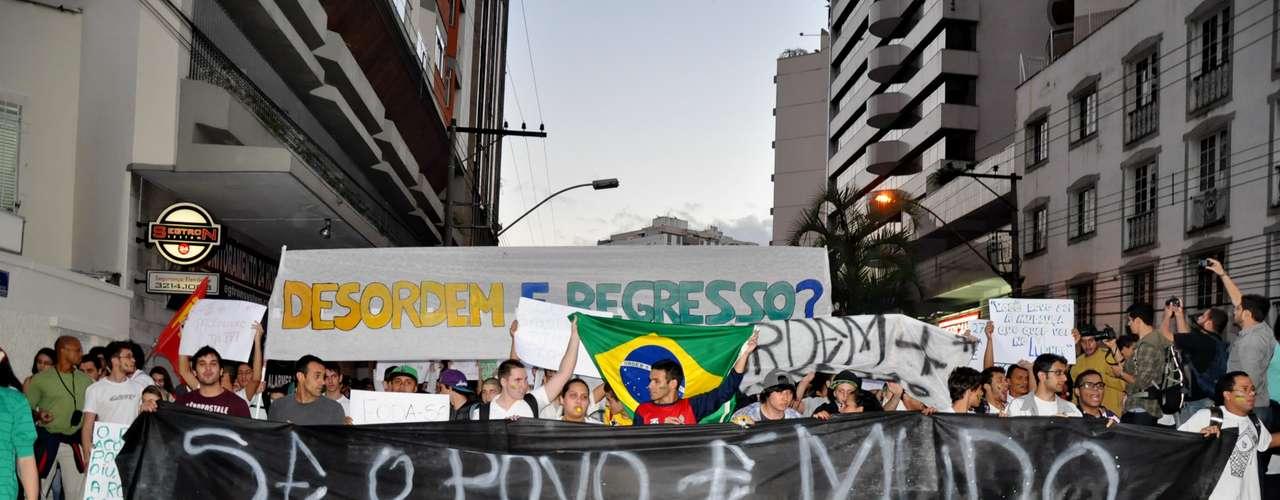 17 de junho - Em Juiz de Fora, Minas Gerais, os militantes saíram da praça Jarbas de Lery Santos, no bairro São Mateus, e seguiram pelas avenidas Itamar Franco, Rio Branco e Getúlio Vargas