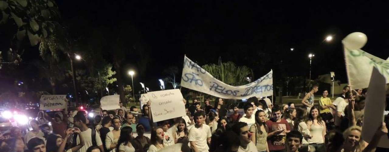 17 de junho - Em Pirassununga, no interior de São Paulo, manifestantes também saíram às ruas para protestar