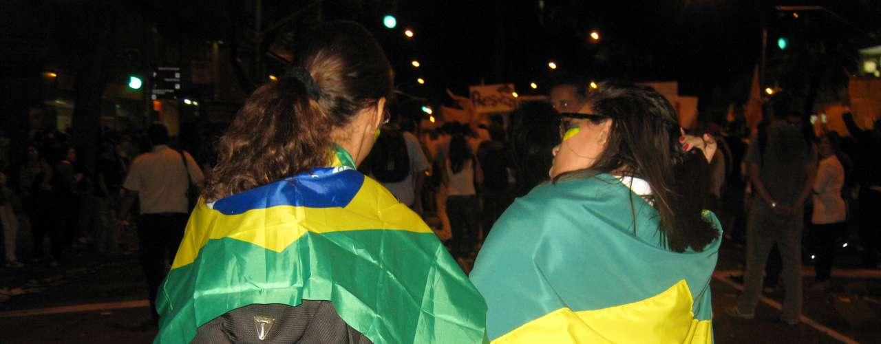 17 de junho - Muitas pessoas foram as ruas com bandeiras do Brasil