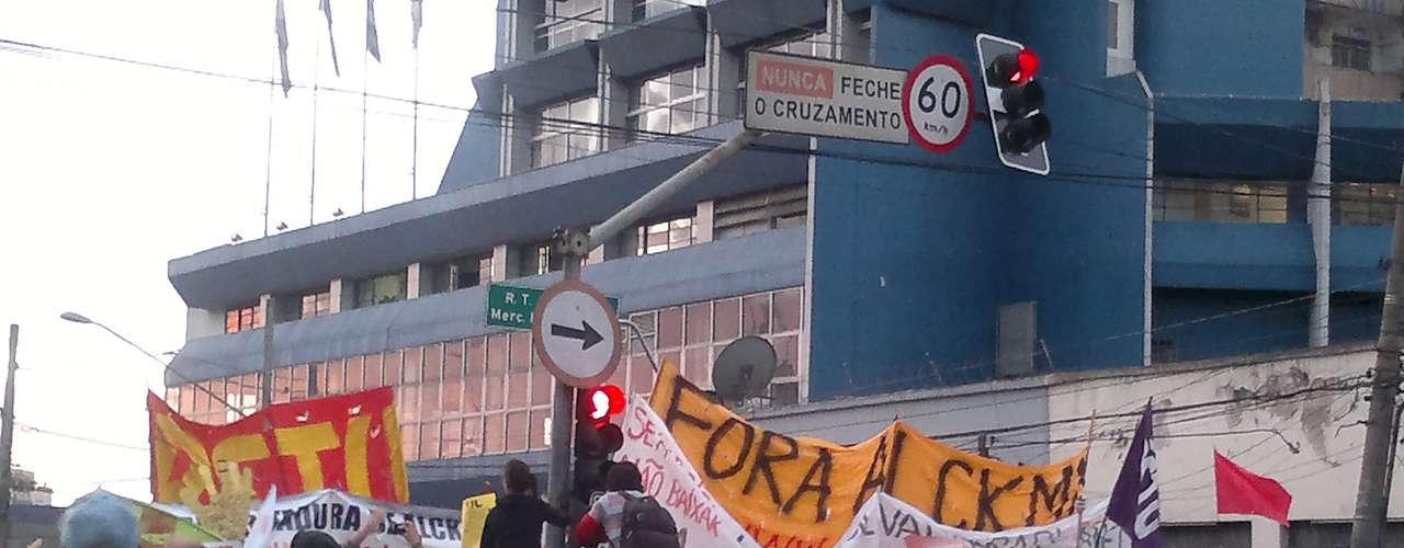 17 de junho - No início da manifestação, ainda era possível ver pessoas portando bandeiras de partidos políticos; manifestantes pediram para que elas não fossem usadas