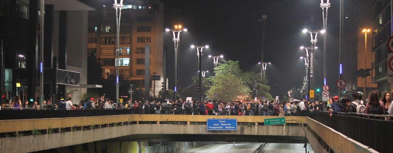 17 de junho - Manifestantes ocuparam o Túnel José Roberto Fanganiello Melhem sentido avenidas Rebouças, impedindo a passagem de veículos