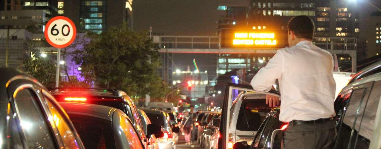 17 de junho - Motoristas aguardam a passagem dos manifestantes no cruzamento das avenidas Faria Lima e Juscelino Kubitchek