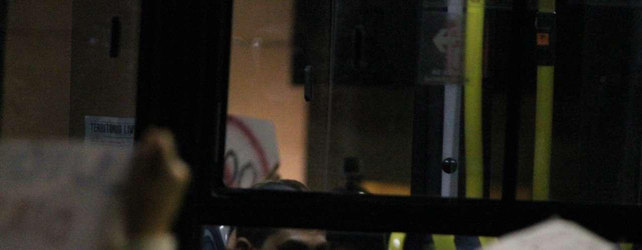 17 de junho - Passageiro de ônibus observa manifestação do Movimento Passe Livre na região oeste de São Paulo