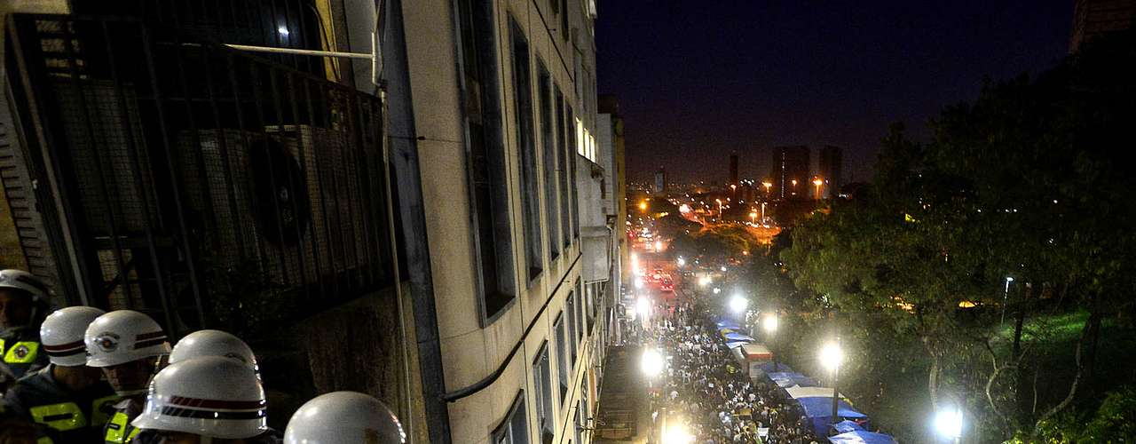 18 de junho -  Policiais apenas observaram o ato pacífico de milhares de manifestantes que foram às ruas nesta terça-feira
