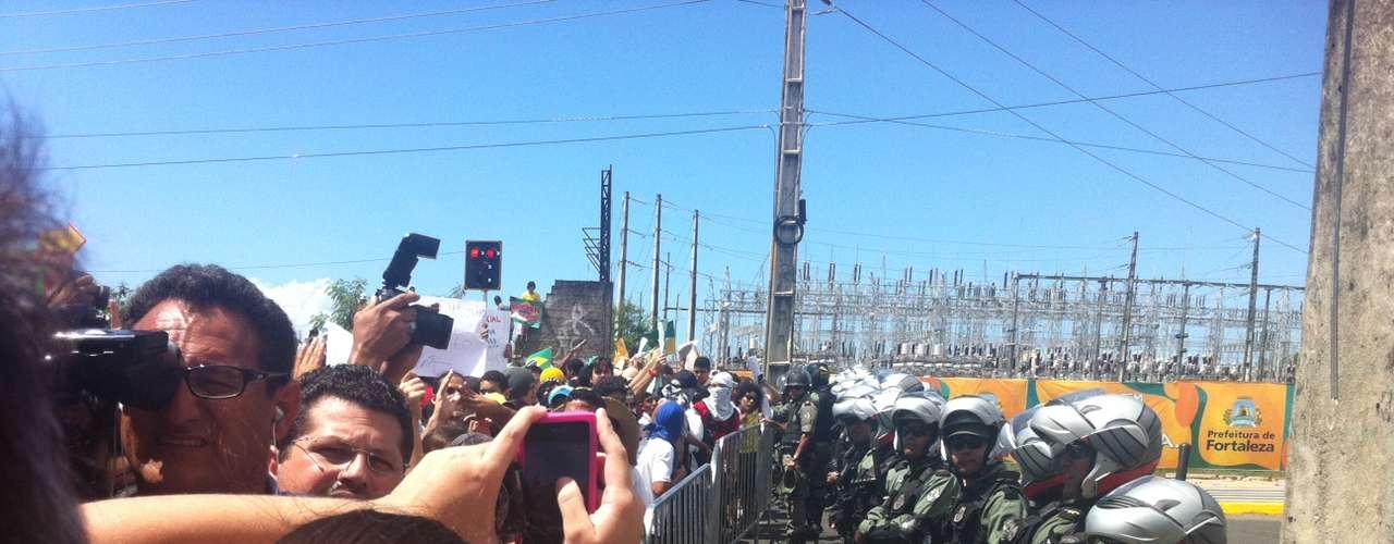 Manifestantes começaram pelosarredores do Castelão, masa passeataalcançou as grades que cercam a entrada do Estádio