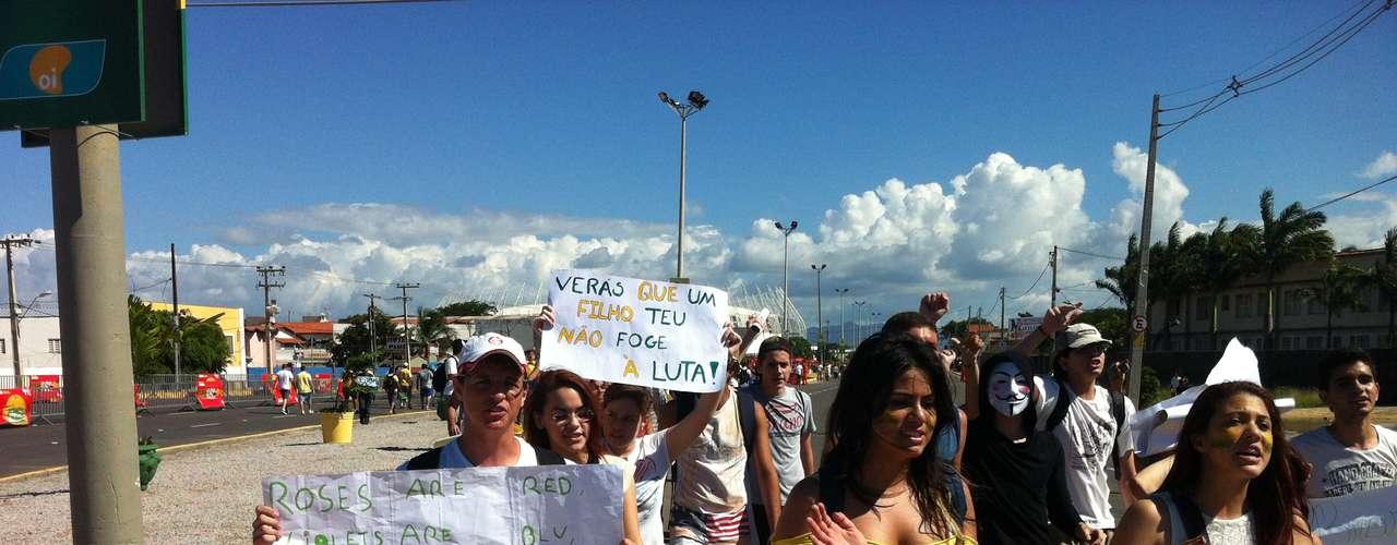 Manifestantes carregam faixas com palavras de ordem