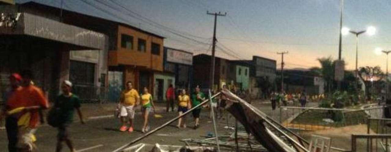 Imagem mostra como ficou uma avenida em Fortaleza depois dos protestos