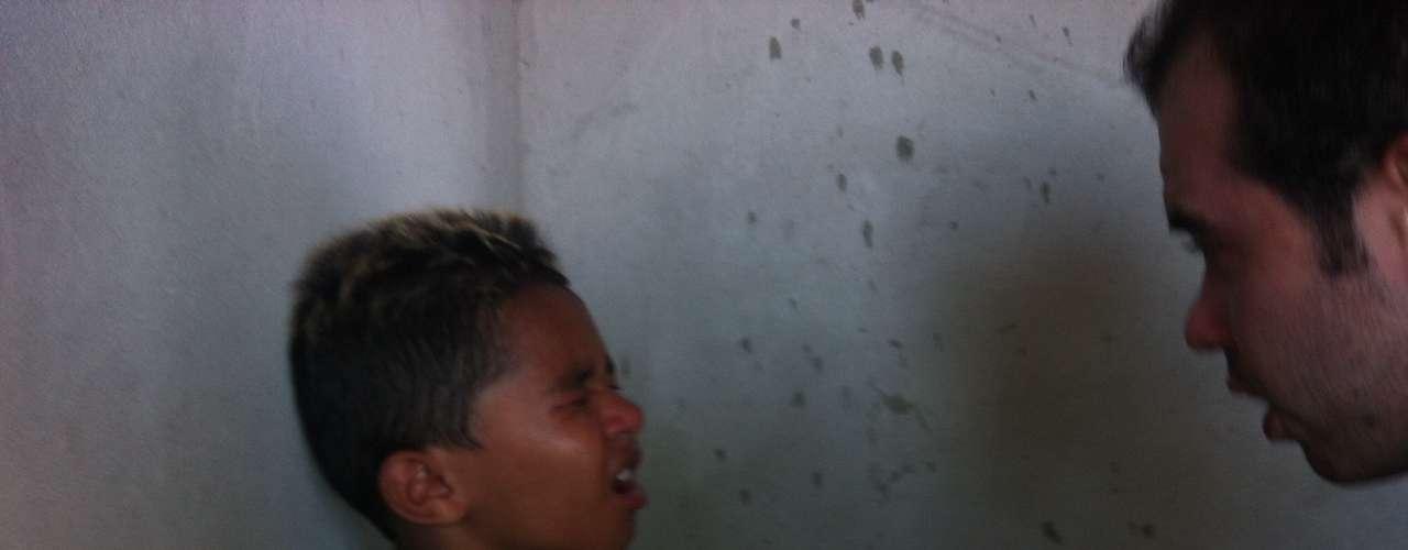 Uso de gás lacrimogêneo deixou muitos presentes - inclusive crianças - atordoados