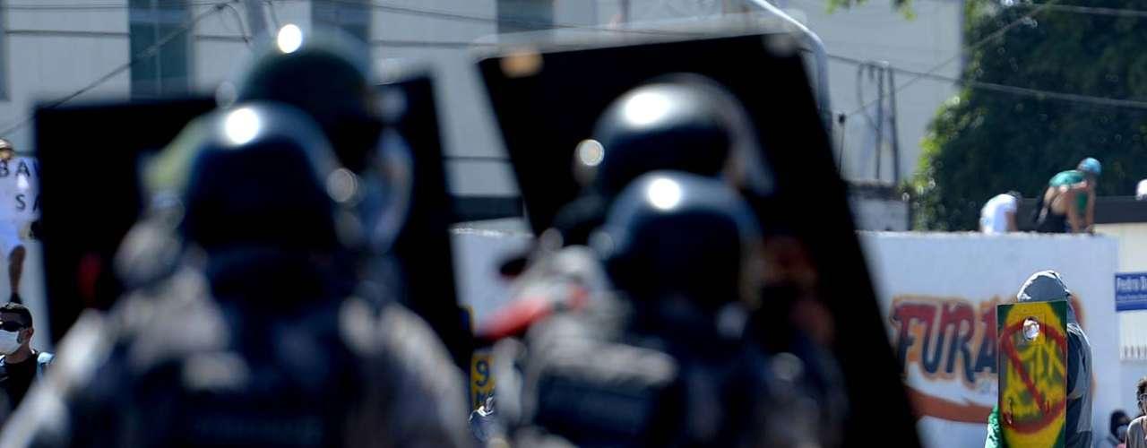 Os manifestantes usaramentulho de uma obra nas proximidades para atacar os policiais
