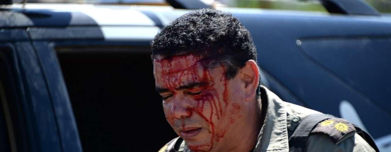 Um grupo de manifestantes entrou em confronto com a polícia na região do Estádio do Castelão, nesta quarta-feira