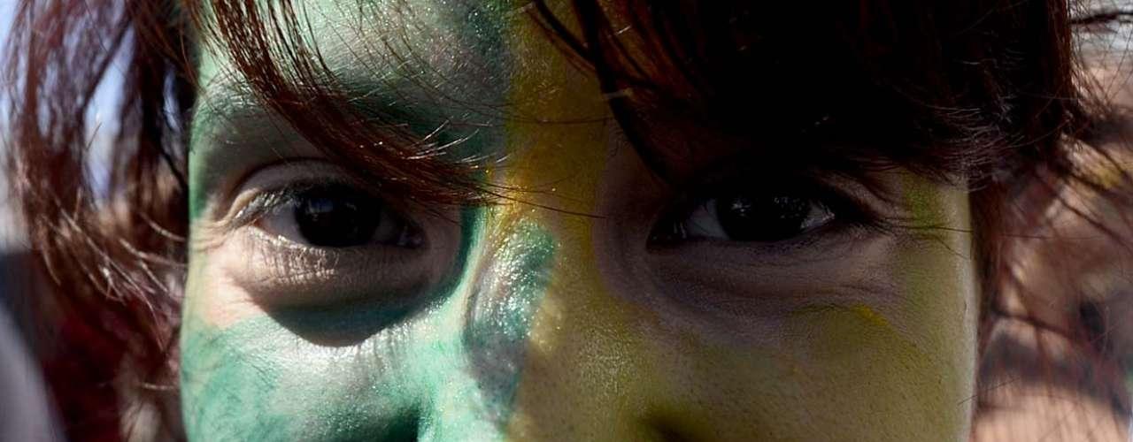 Uma das manifestantes coloriu o próprio rosto com as cores da bandeira brasileira