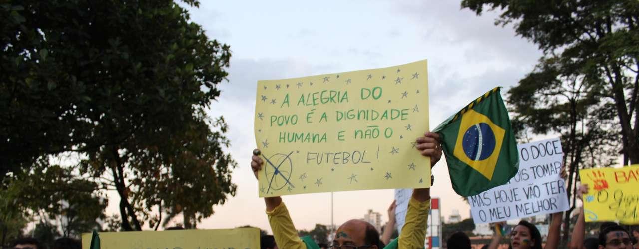 18 junho -  No total, cerca de três mil pessoas foram às ruas reclamar de pontos como gastos da Copa do Mundo, salário dos professores e aumento das passagens de ônibus em BH