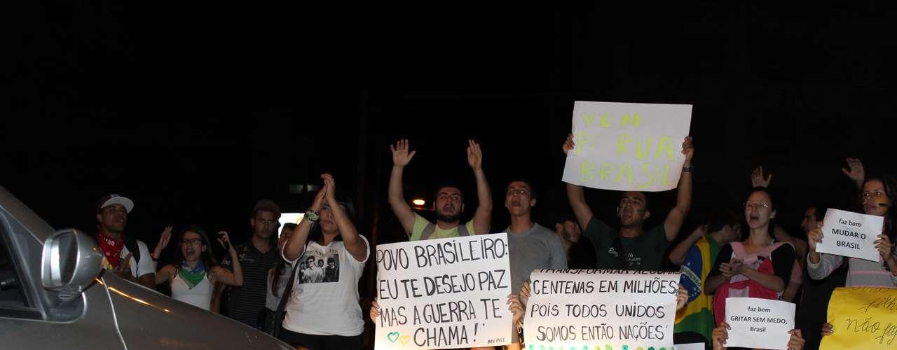 18 junho -  Cerca de 1,5 mil protestantes deixaram as imediações da Universidade Federal de Minas Gerais (UFMG) com destino à praça Sete no fim da tarde desta terça-feira