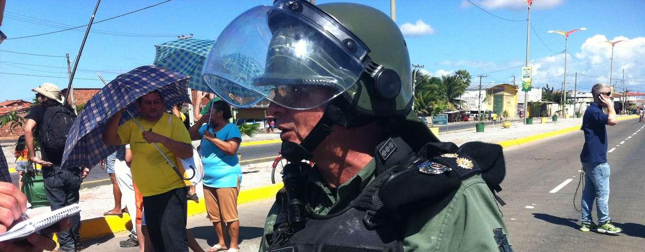 Polícial ferido no confronto exibe braço enfaixado