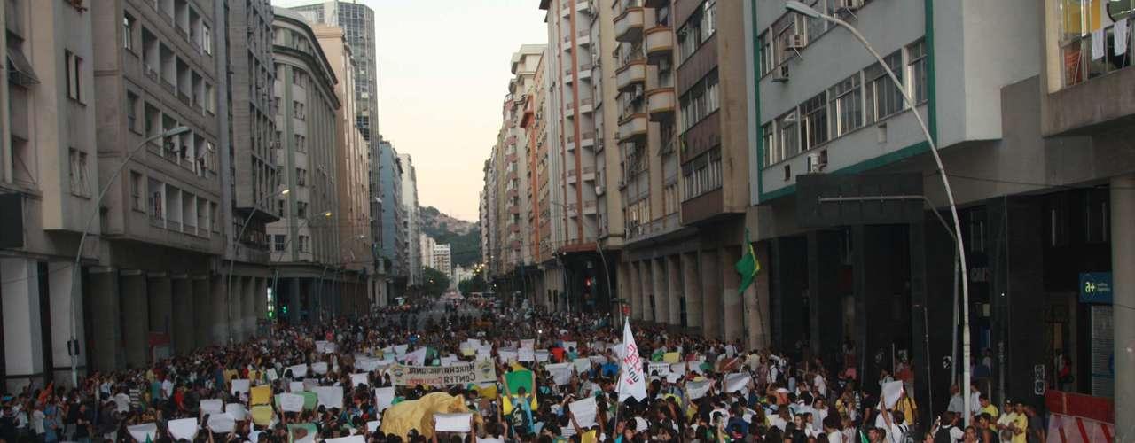 19 de junho -  Protesto em Niterói fechou a ponte que dá acesso à capital do Rio de Janeiro