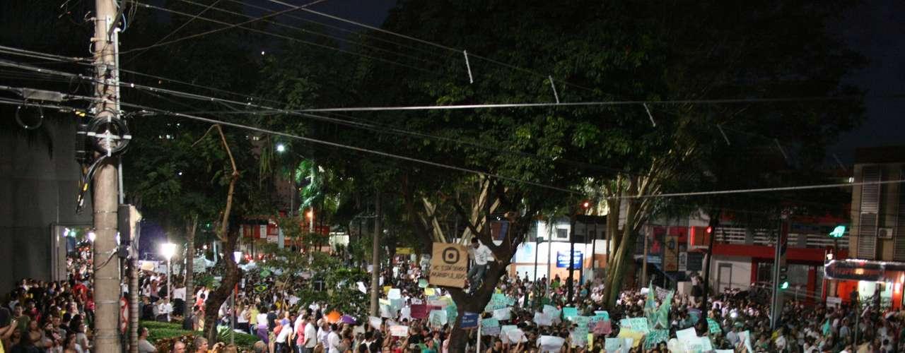 18 de junho - Manifestantes de São José do Rio Preto, cidade localizada no interior de São Paulo, promoveram no início da noite desta terça-feira o ato \