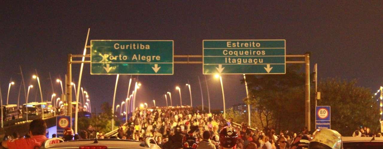 18 de junho - Mais de três mil manifestantes fecharam as duas pontes de acesso à Florianópolis na noite desta terça-feira