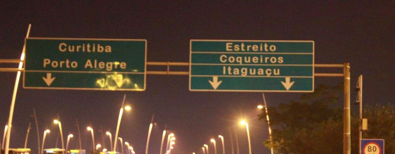 18 de junho - Após realizar um manifesto pelas principais avenidas da capital catarinense, o grupo invadiu as pistas das pontes Colombo Salles e Pedro Ivo, que ligam a Ilha de Santa Catarina (onde está localizada Florianópolis) à região continental