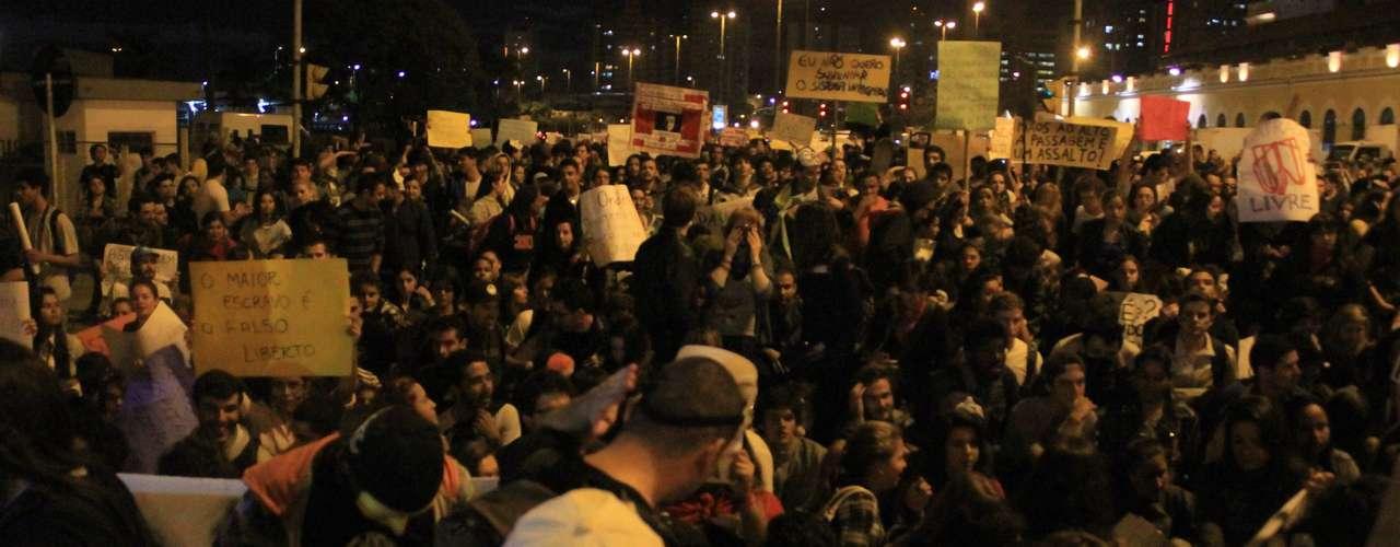 18 de junho - O ato em Florianópolis começou no final da tarde diante do Terminal Integrado do Centro (Ticen)