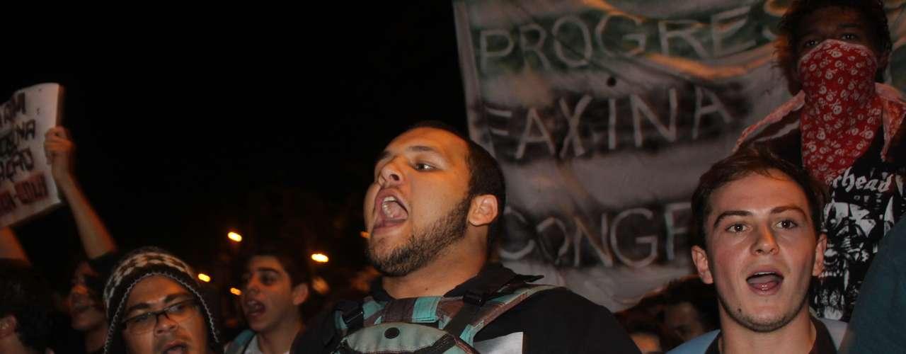 18 de junho - Por volta das 19h, o grupo seguiu em passeata até a sede da Assembléia Legislativa de Santa Catarina (Alesc)