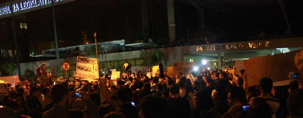 18 de junho - Diante do prédio da Alesc, o grupo gritou palavras de ordem contra os deputados e o governo estadual