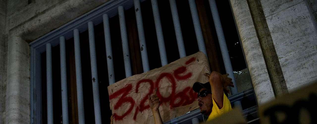 18 de junho - Manifestantes pedem redução do valor da passagem do ônibus com cartazes em frente à prefeitura de São Paulo