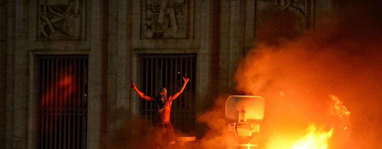 18 de junho -Manifestante em cima de veículo da TV Record que foi depredado e incendiado durante protesto em frente à prefeitura de São Paulo