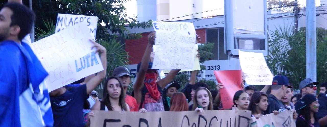 18 de junho - Cerca de 300 pessoas fizeram um protesto hoje no final da tarde em Marília, interior de São Paulo, contra o impasse no transporte coletivo da cidade e a \