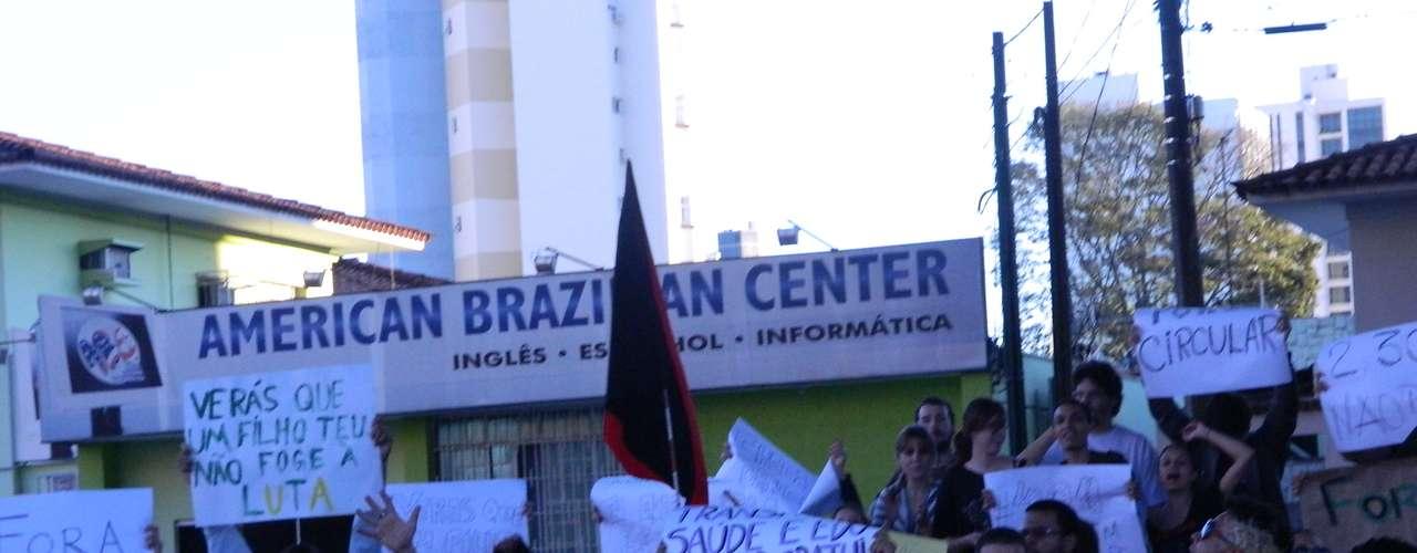18 de junho - Com faixas e cartazes e gritando palavras de ordem, estudantes e usuários do transporte coletivo fizeram uma passeata em Marília (SP)