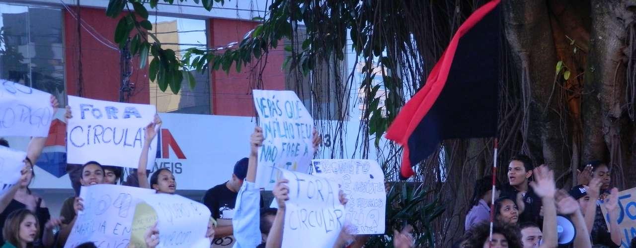 18 de junho - Houve transtornos no trânsito na ruas do centro de Marília, já que os manifestantes caminhavam entre os veículos em vários pontos das avenidas
