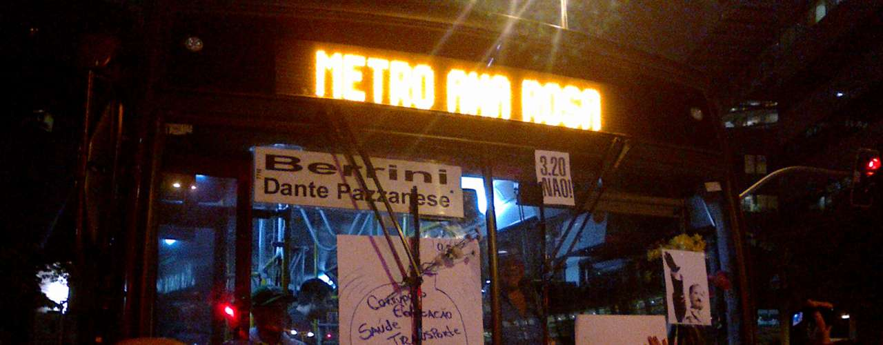 18 de junho - Ônibus é tomado por cartazes em novo protesto nesta terça-feira em São Paulo