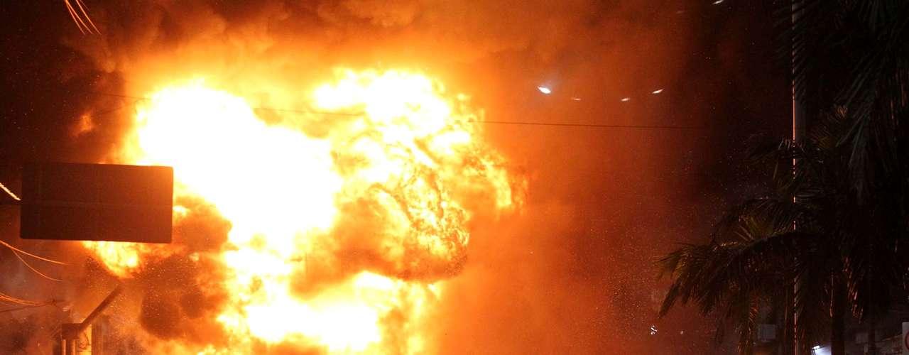 18 de junho -  Em Cubatão (SP), manifestantes queimaram ônibus durante protesto contra o aumento da pasasgem