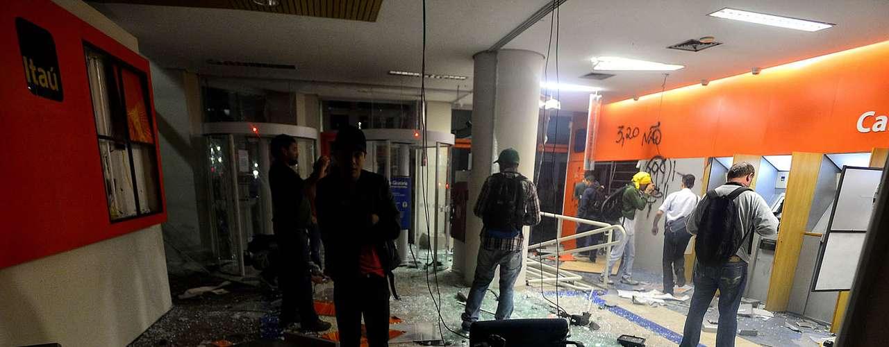 18 de junho -Agência do banco Itaú foi depredada na praça do Patriarca em São Paulo