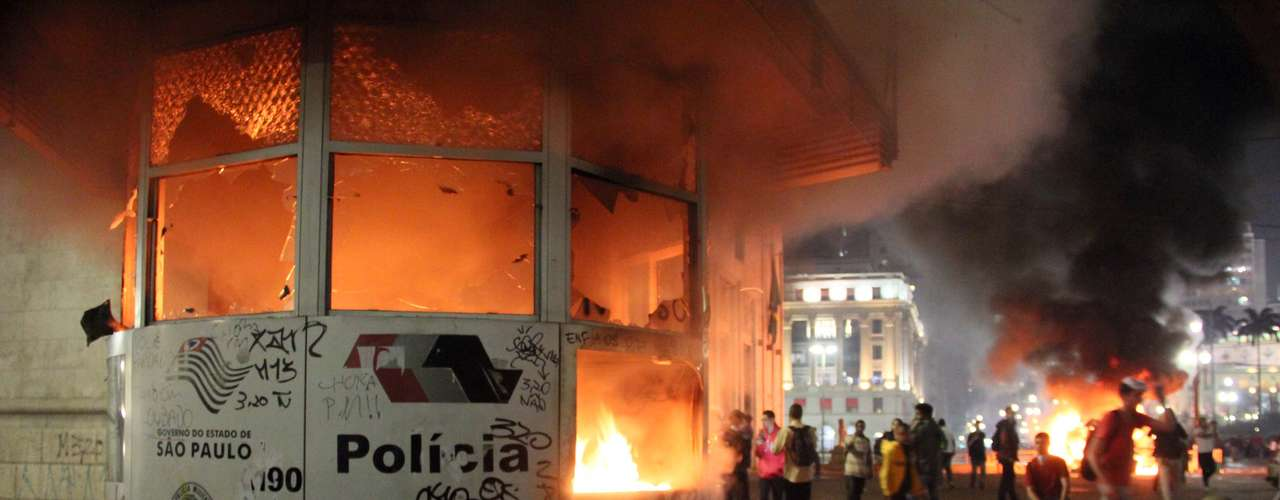 18 de junho -  Cabine da Polícia Militar foi incendiada durante protesto em frente à prefeitura de São Paulo