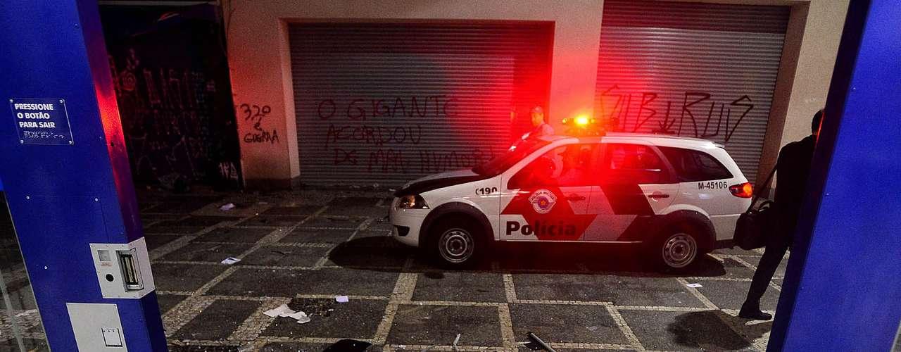 18 de junho - Cenário era de destruição e de caos na região central de São Paulo após ação de vândalos que se aproveitaram do protesto de milhares para depredar e saquear lojas