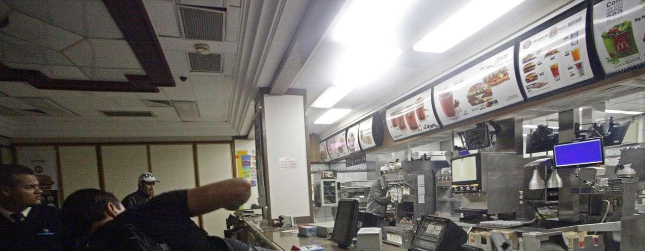 18 de junho -Durante protesto na noite desta terça-feira no centro de São Paulo, vândalos aproveitaram o fim do ato para praticar saques e destruir lojas e agências bancárias. Na foto, jovem depreda unidade da rede McDonald's